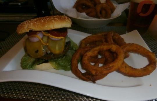 Hamburger med BBQ-Saus og løkringer