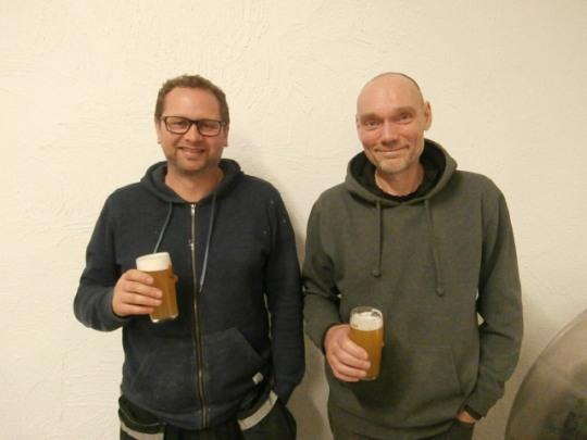 Olav Dvergsdal til venstre og Ole Dischler Enger har all mulig grunn til å være stolte over sitt øl.
